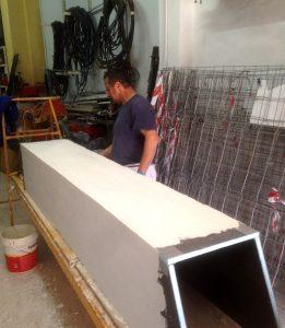 Fabricando la chimenea evacuacion de gases en taller de Ateca