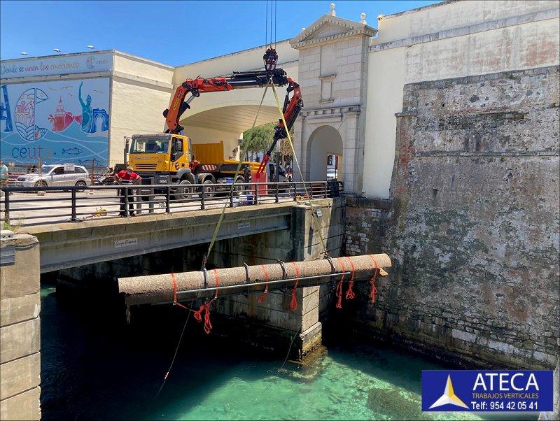 Desmontaje estructura en Ceuta tuberia Agua Puente del Cristo