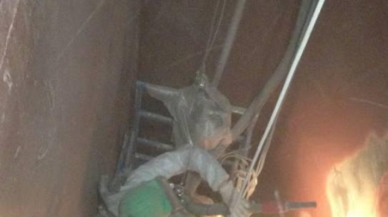 Granallado de un silo de árido de la fábrica de Saint-Gobain Weber de Sevilla