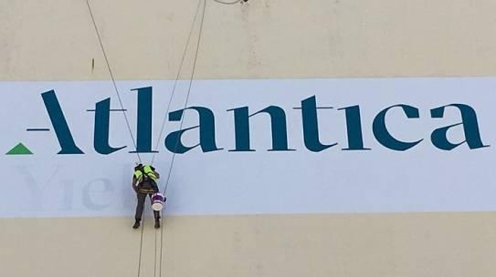 Pinturas Atlántico y Mediterráneo: Fachadas de edificios costeros.